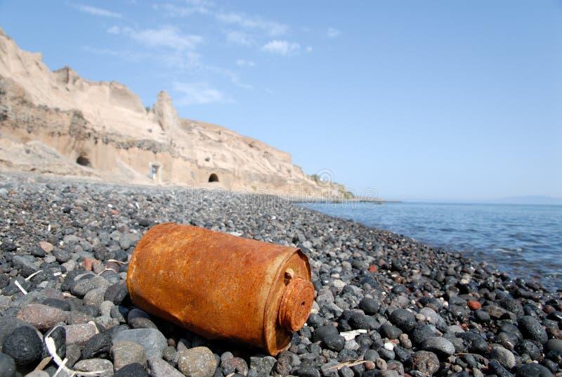 Rostige Dose auf dem Strand lizenzfreie stockbilder