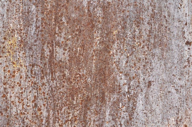 Rostige Eisenplatte mit Papierkleberkennzeichen stockfoto