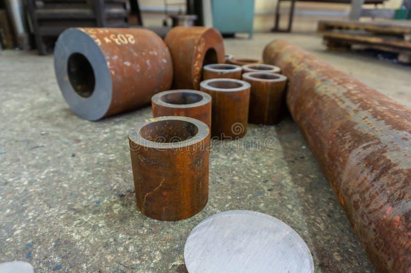 Rostige Eisenrohre für die maschinelle Bearbeitung, Billet für Turner stockfoto