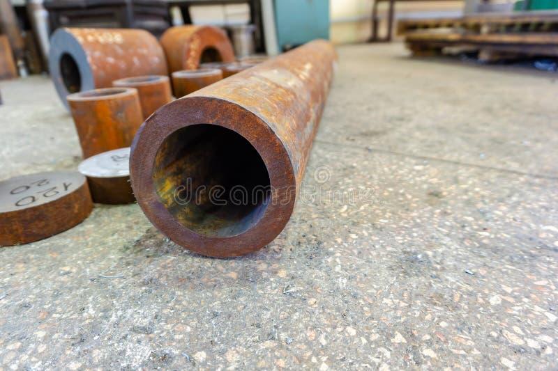 Rostige Eisenrohre für die maschinelle Bearbeitung, Billet für Turner stockfotos