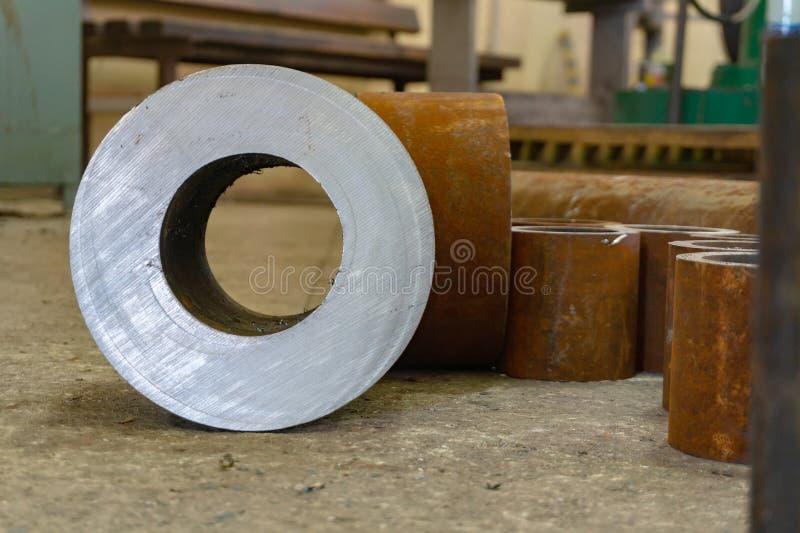Rostige Eisenrohre für die maschinelle Bearbeitung, Billet für Turner stockbild