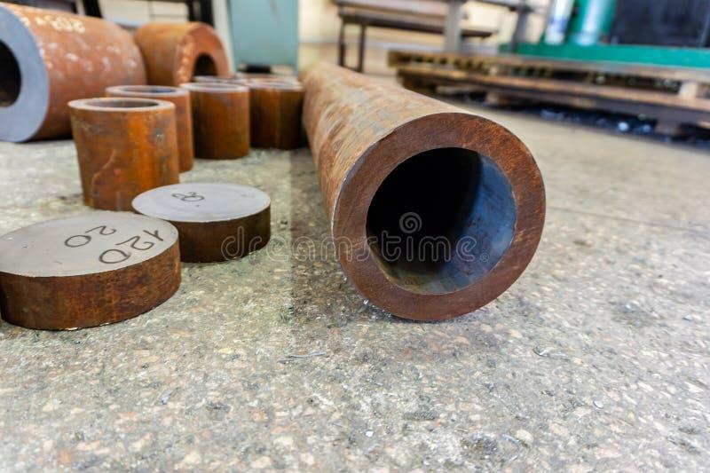 Rostige Eisenrohre für die maschinelle Bearbeitung, Billet für Turner lizenzfreies stockbild