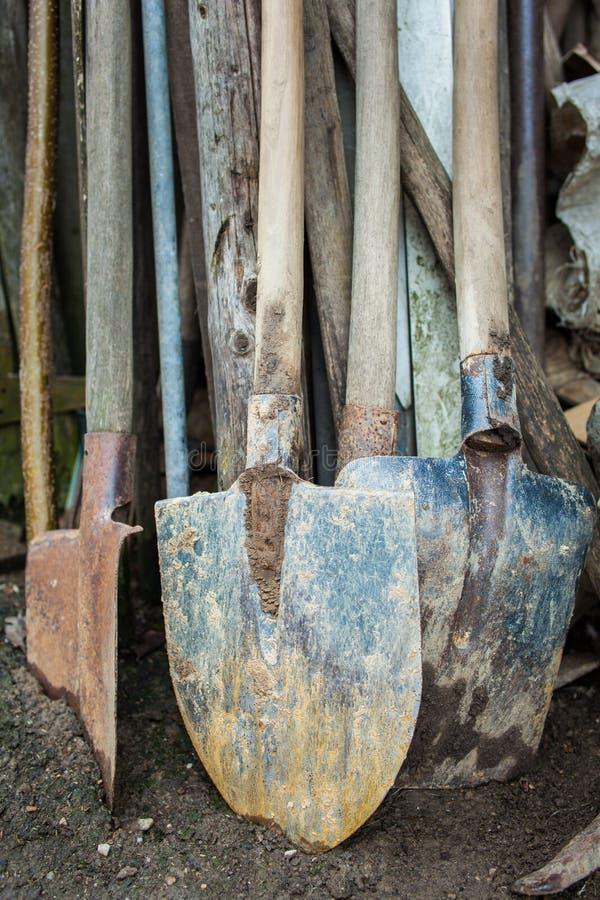 Rostige Gartenarbeitwerkzeuge lizenzfreie stockbilder