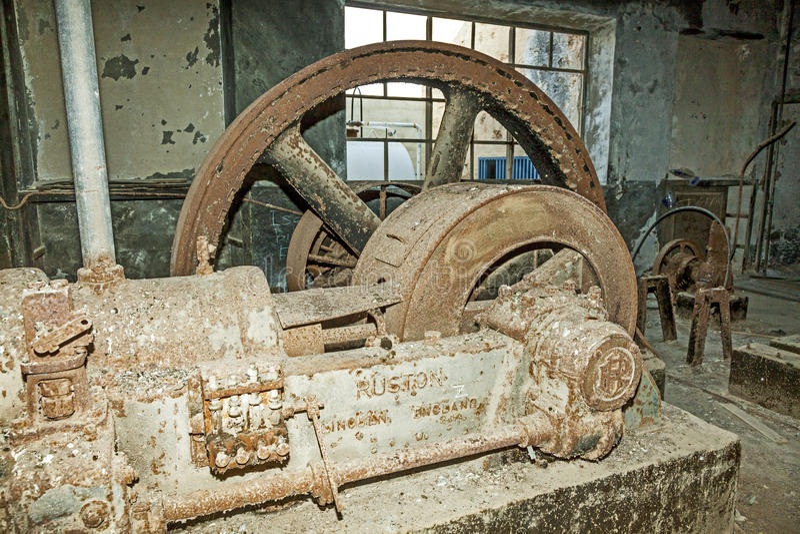Rostige Maschine in der faulen Raffineriestation stockbilder