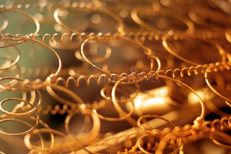 Rostige Metallschraubenfeder stockbild