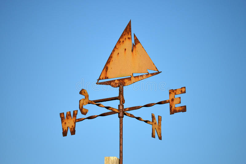 Rostige orange Yachtwetterfahne lizenzfreies stockbild