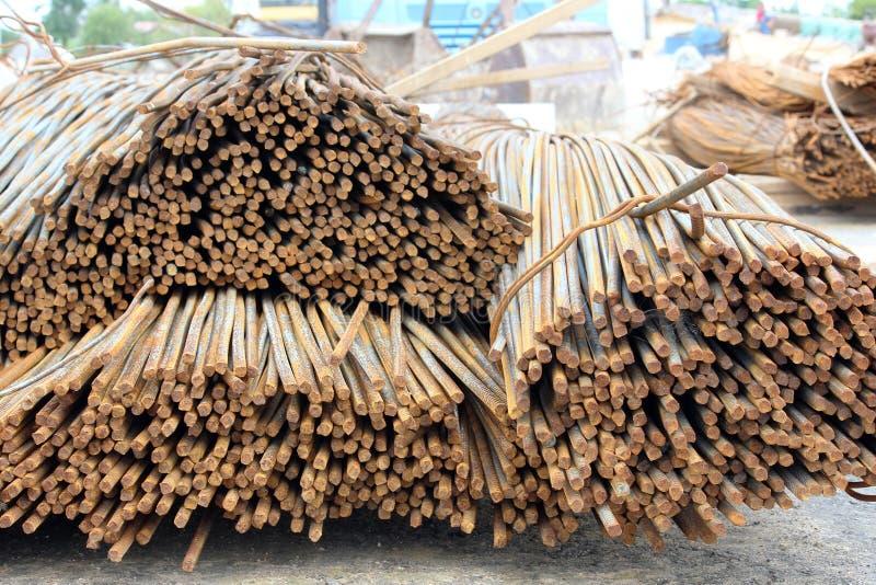 rostige Rebarstangen liegen in einem Stapel nahe der Baustelle des Viadukts lizenzfreies stockfoto
