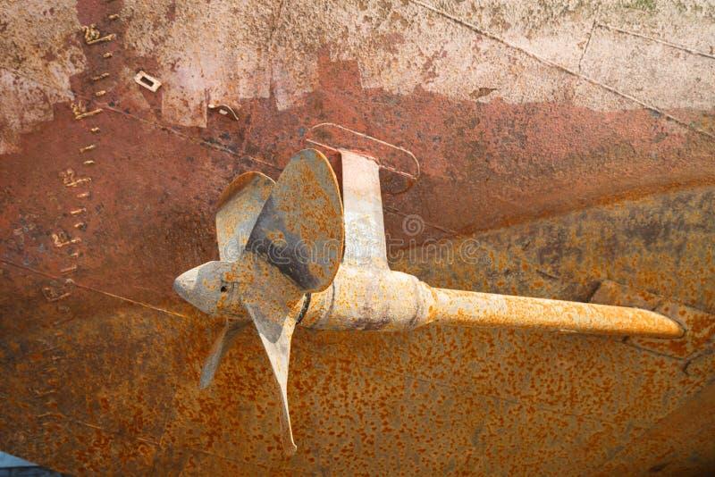 Rostige Schraube, eine Welle und das Unterwasserteil eines Rumpfs eines Schiffs das trockenes angekoppelt lizenzfreie stockfotos