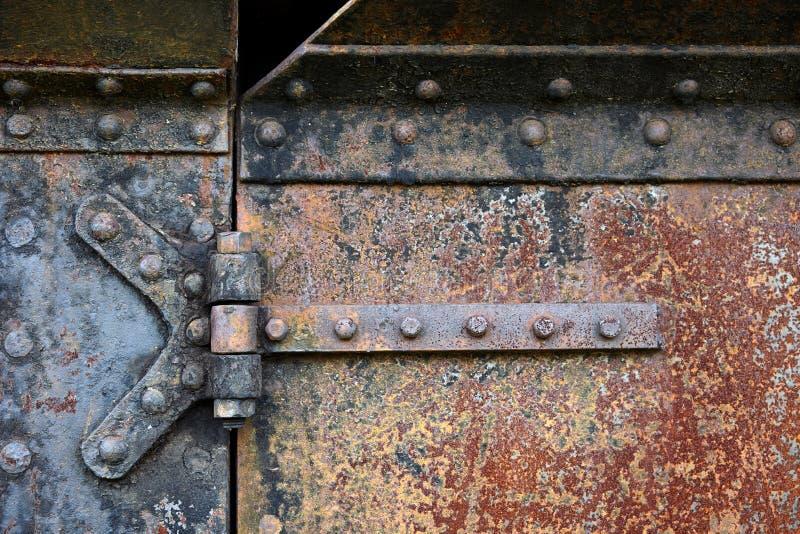 Rostige Stahltürscharniere lizenzfreies stockfoto