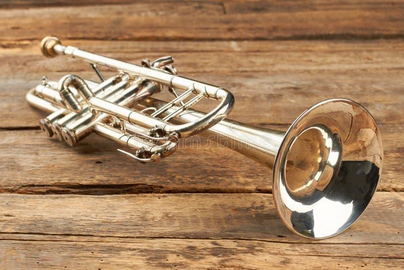Rostige Trompete auf alter Holzoberfläche stockfoto