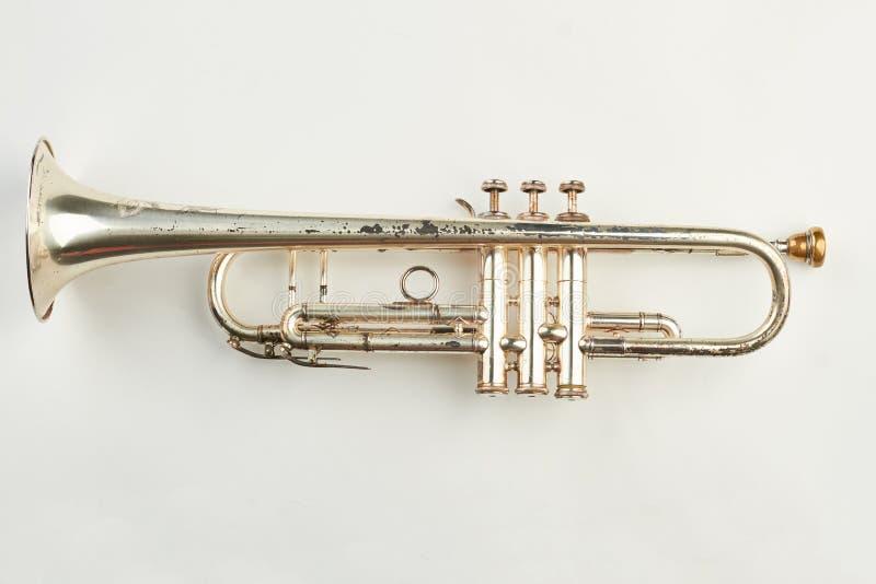 Rostige Trompete auf weißem Hintergrund stockfotografie
