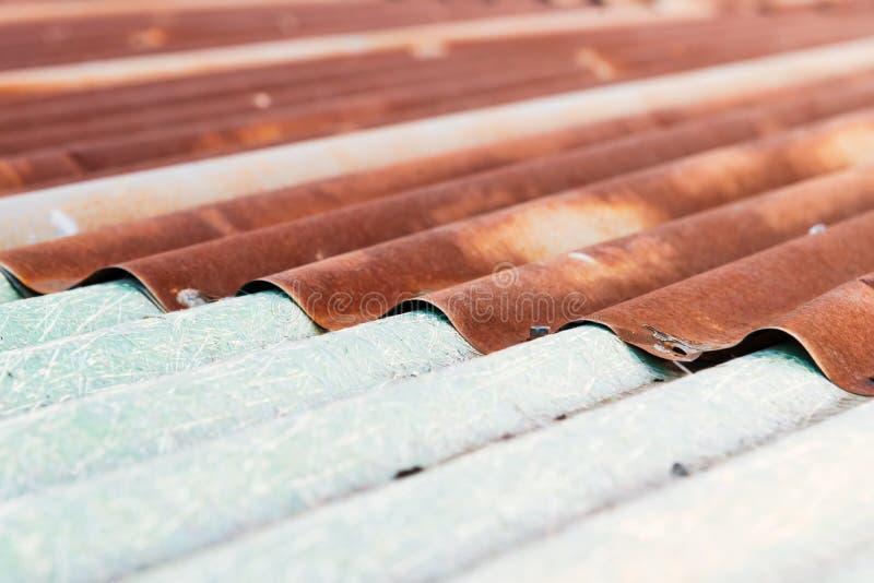 Rostige Wellblechblechtafelbeschaffenheit des alten Dachs stockfotografie