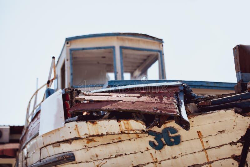 Rostiger alter Bootshintergrund der Weinlese Schädigendes verlassenes Altmodeboot, Weinlese ruinierte Segelschiffwrackkonzept Ret stockfotos