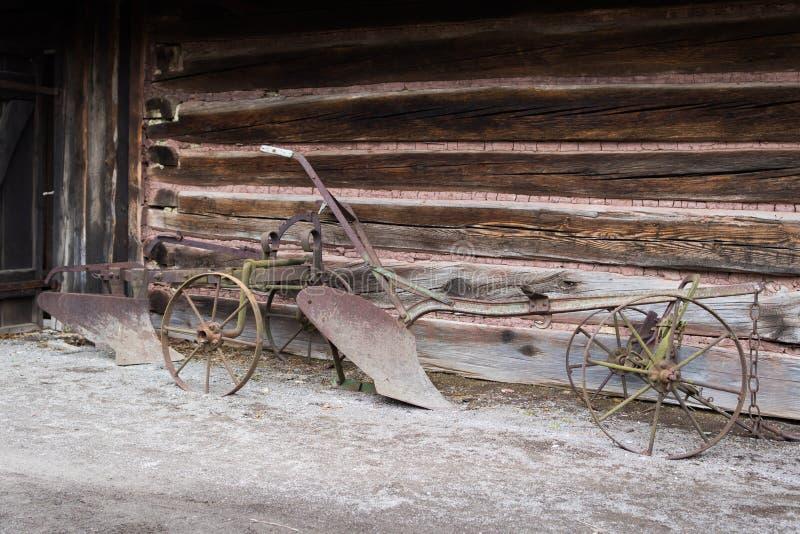 Rostiger alter Pflug der Weinlese stockfotos