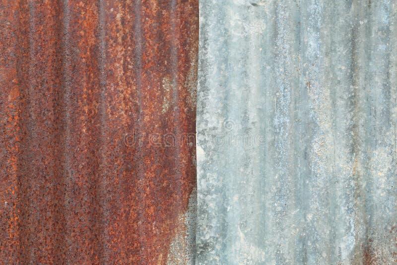 Rostiger alter Zinkbeschaffenheitshintergrund mit Schalenfarbe stockbild