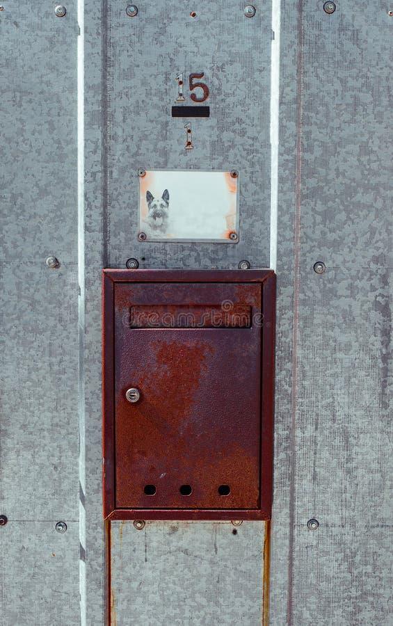Rostiger Briefkasten auf Tür des Metallgalvanisierten Eisens im Freien stockfotos