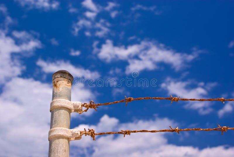 Rostiger Stacheldrahtzaun stockfotografie