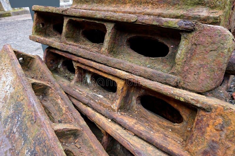 Rostiger Stapel von Eisenlagerschwellen lizenzfreie stockfotografie