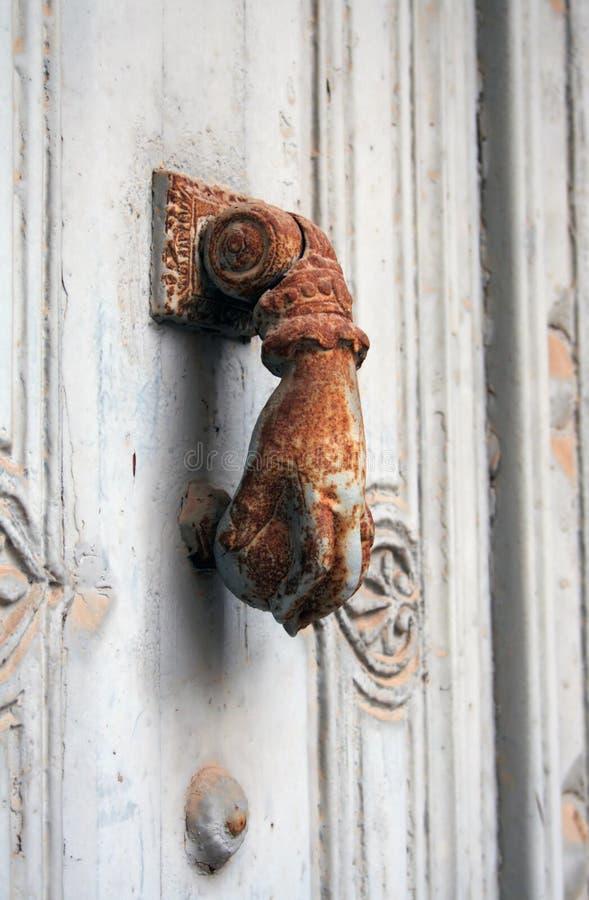 Rostiger Tür-Klopfer stockfotos