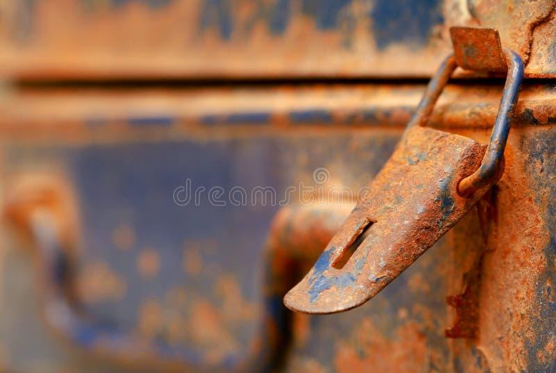Rostiger Verschluss eines Eisens stellte Kasten her lizenzfreie stockfotos