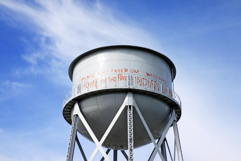 Rostiger Wasserbehälter in Alcatraz lizenzfreie stockfotografie