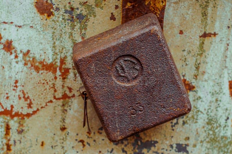Rostiges altes quadratisches Vorhängeschloß auf Metalltür mit gebrochenem und Kratzer Horizontale Schmutzbeschaffenheit der Nahau lizenzfreie stockfotografie