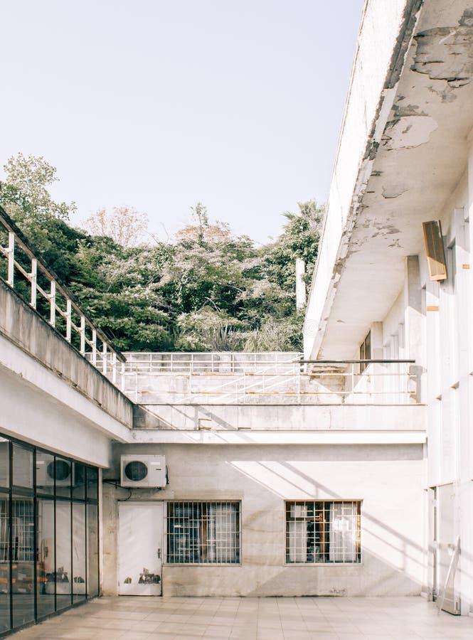 Rostiges altes weißes Gebäude stockbild