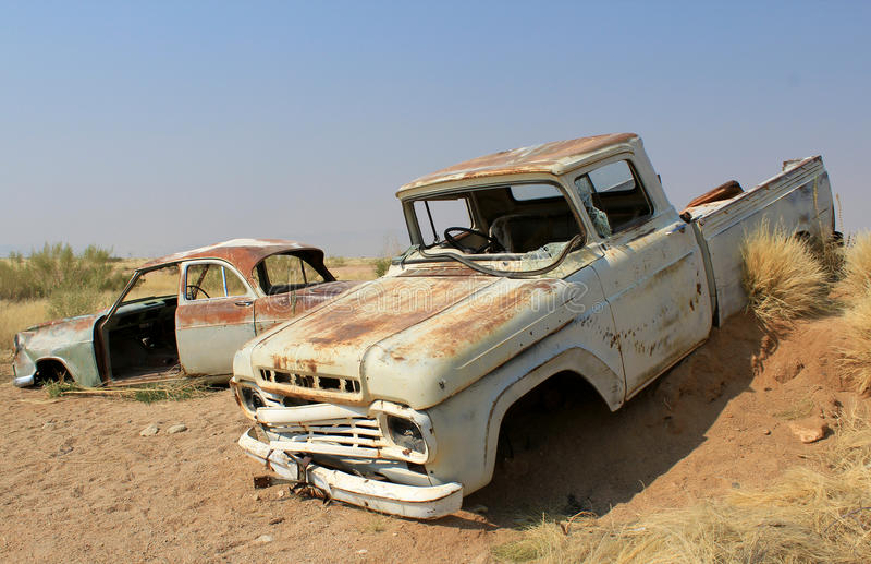 Rostiges Autowrack stationieren endlich in Namibische Wüste stockfotografie