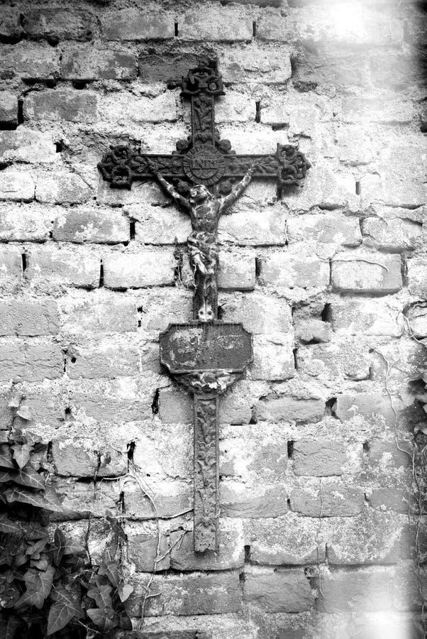 Rostiges christliches Kreuz mit Jesus Christ-Statue lizenzfreie stockfotos
