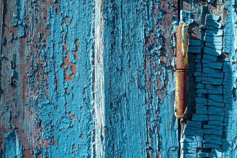 Rostiges Fensterabhängung vom Purpleheartfensterladen mit gebrochenem und Kratzer horizontale Schmutzholzbeschaffenheit lizenzfreie stockbilder