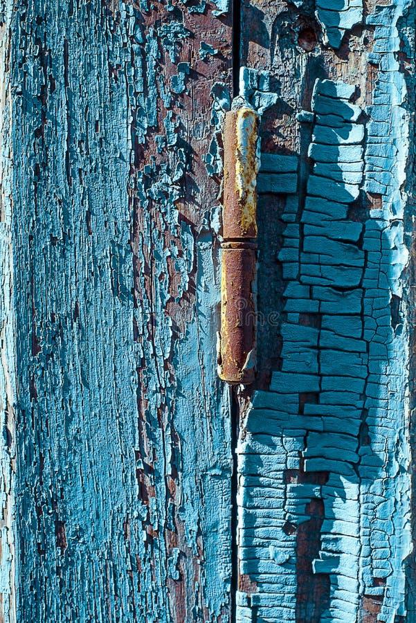 Rostiges Fensterabh?ngung vom Purpleheartfensterladen mit gebrochenem und Kratzer Vertikale Schmutzholzbeschaffenheit stockfotos