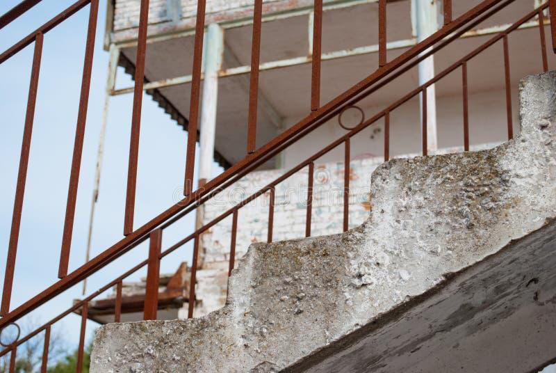 Rostiges Geländer auf einem verlassenen Gebäude gegen die HimmelBaustelle stockfotos