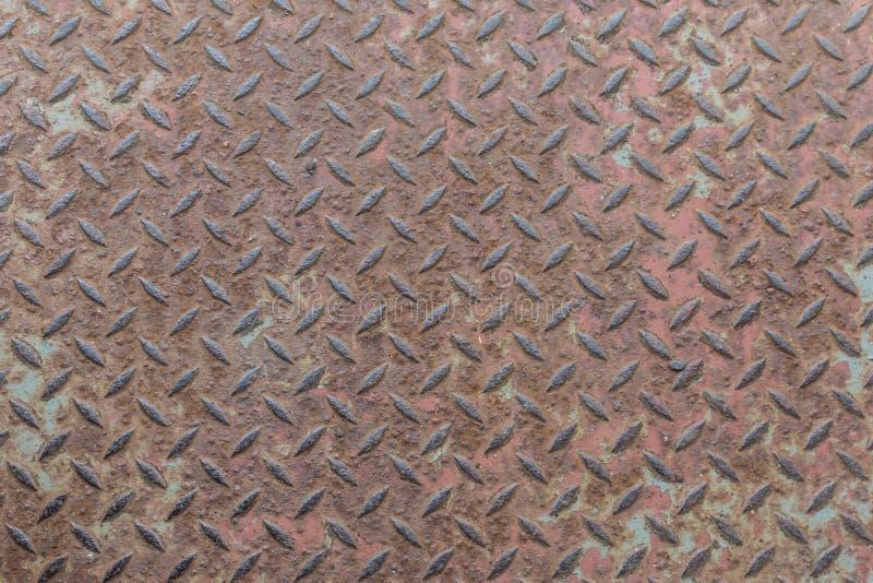 Rostiges Hochleistungsmetall mit nicht Beleg sich wiederholendem Holzschuh und corro stockfotografie