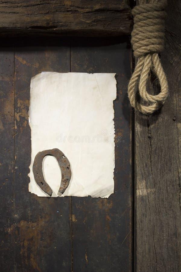 Rostiges Hufeisen und Seil stockbild