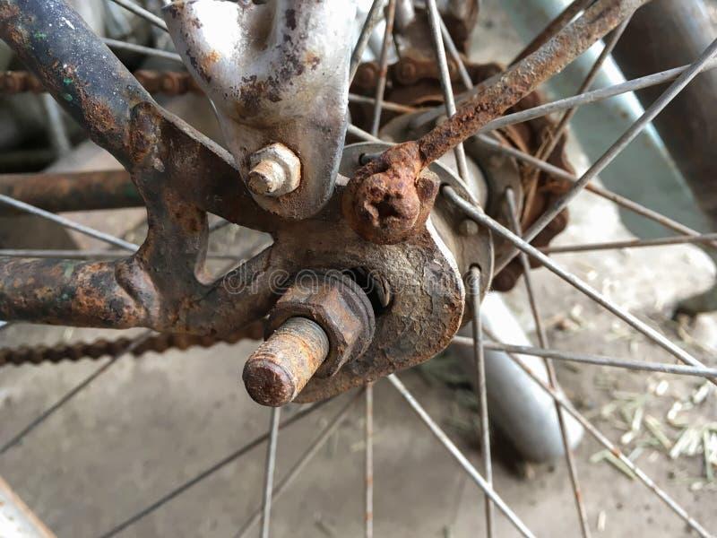 Rostiges Kettenfahrrad stockbild. Bild von metall, sport - 80931129
