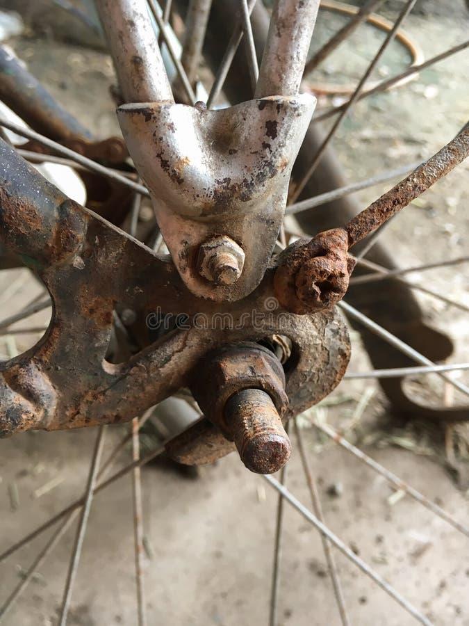 Rostiges Kettenfahrrad stockbild. Bild von kette, metall - 80931177