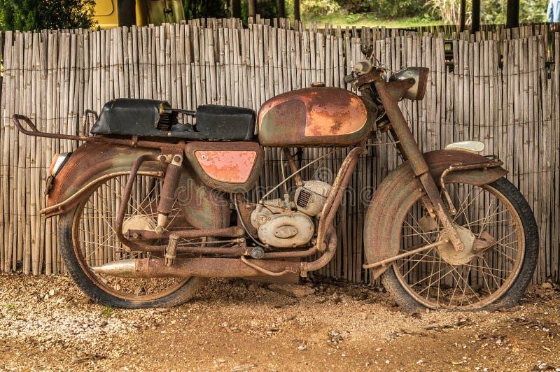 Rostiges Motorrad stockfotos