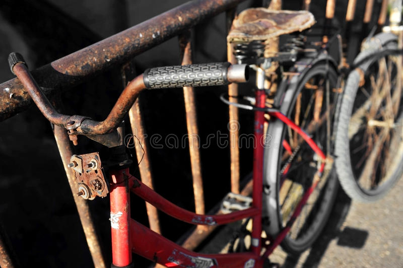 Rostiges rotes Fahrrad stockfotos