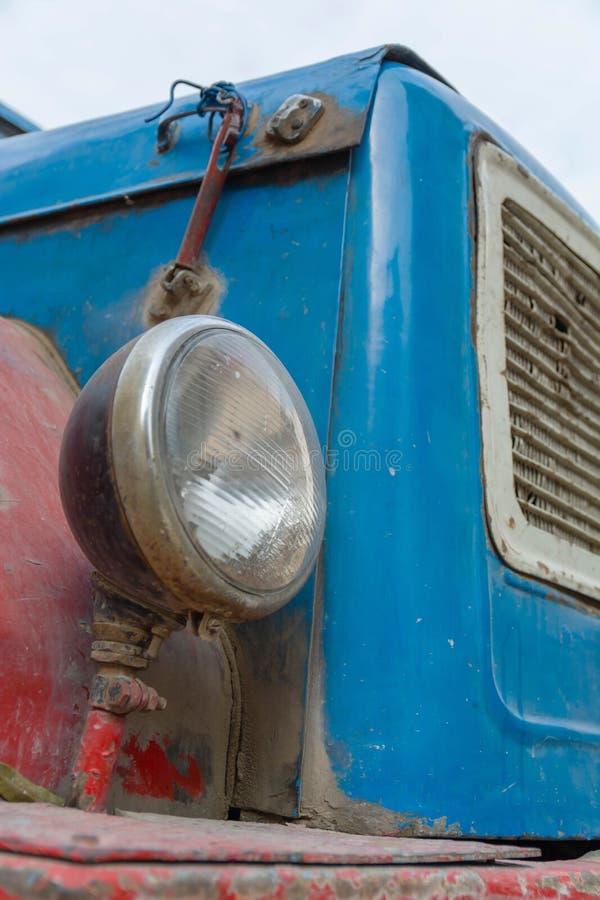 Rostiges rotes LKW-Auto der Weinlese mit einem alten Scheinwerfer lizenzfreie stockfotos