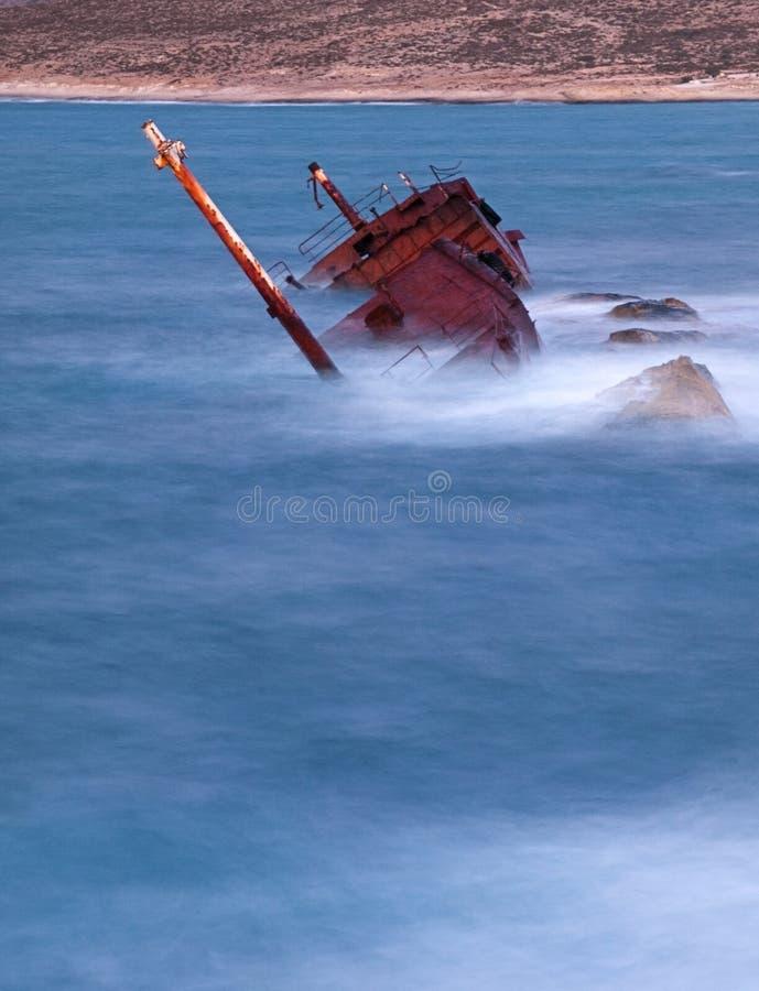 Rostiges Schiffswrack in das Meer lizenzfreie stockfotografie