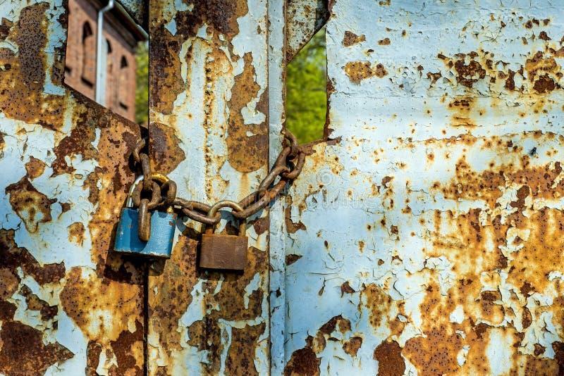 Rostiges Tor mit Verschlüssen lizenzfreies stockbild