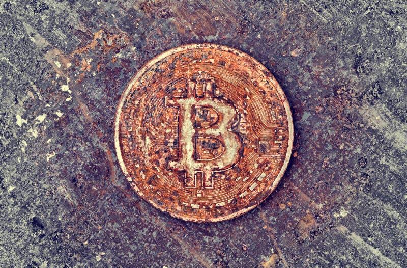 Rostigt bitcoinmynt royaltyfri fotografi