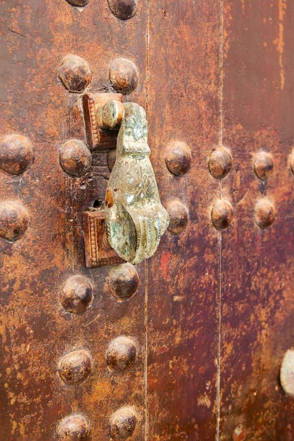 Rostigt brons handdörrknackning fotografering för bildbyråer