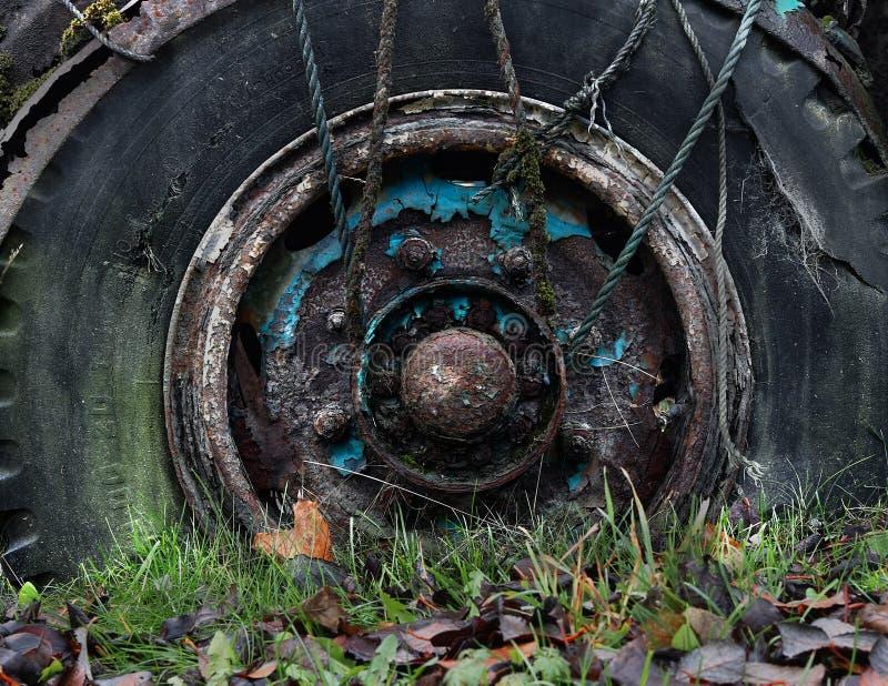 Rostigt gammalt lastbilhjul royaltyfri foto