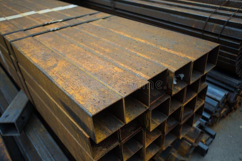 Rostigt järn eller stål för grungemetalltextur på squrerör arkivbilder