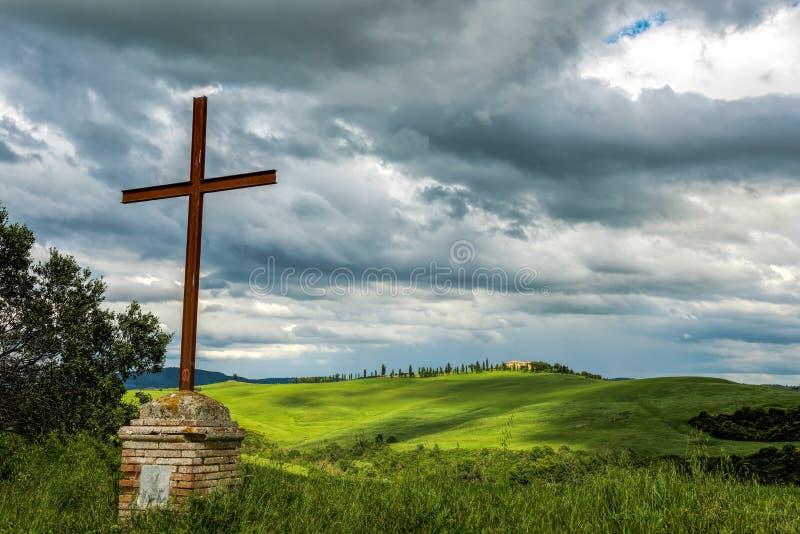 Rostigt järnkors i den Val d'Orciaen Tuscany royaltyfri fotografi