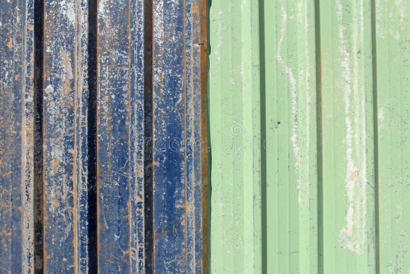 Rostigt metallark för blått och för gräsplan arkivfoto