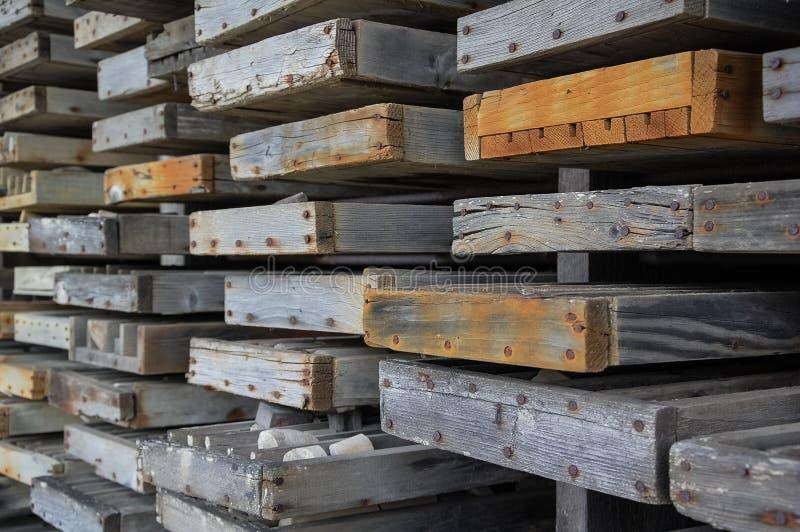 Rostigt spikar i träplankor royaltyfria foton