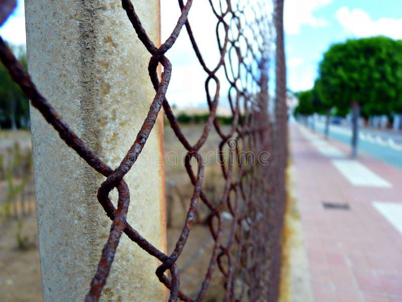 Rostigt staket i rotaen, Spanien arkivfoton