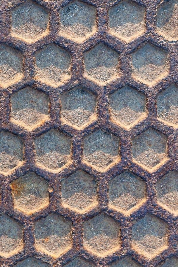 Rostigt stryka manholen texturerar närbild fotografering för bildbyråer